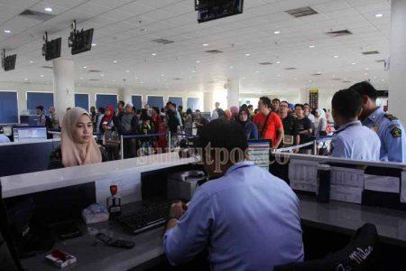 PERIKSA DOKUMEN: Petugas Bea Cukai memeriksa kelengkapan paspor atau dokumen resmi milik penumpang yang baru tiba dari luar negeri di Bandara Kualanamu, belum lama ini.  TRIADI WIBOWO/SUMUT POS
