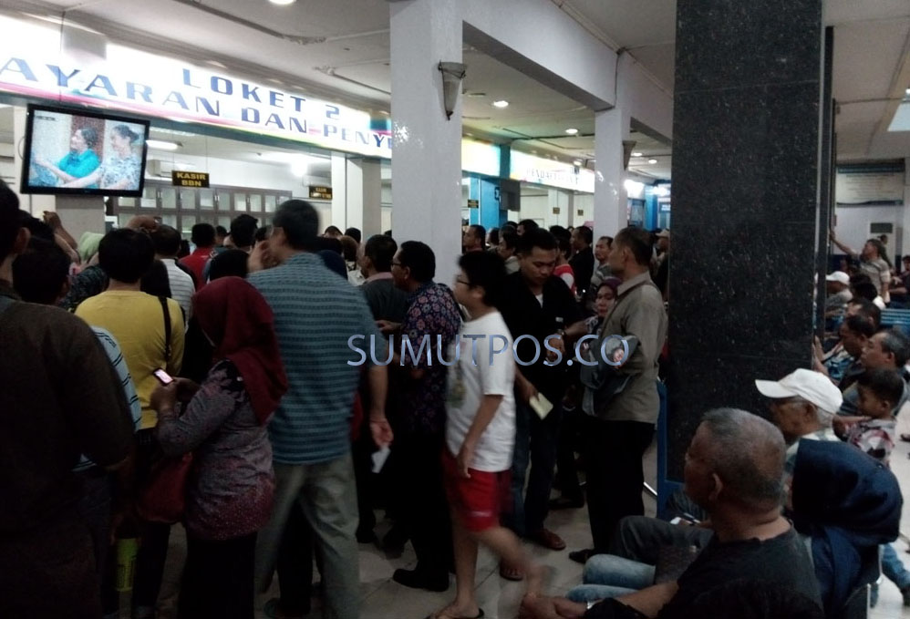 Foto: Teddy Akbari/Sumut Pos Antrian mnasyarakat mengurus STNK, di Kantor Samsat Medan Utara di Jalan Putri Hijau Medan, Jumat (6/1).