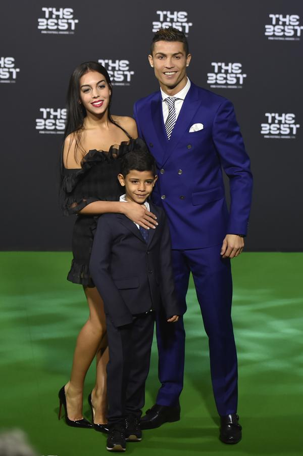 Foto: AFP Cristiano Ronaldo, Georgina Rodriguez dan Cristiano Ronaldo Jr, di sela acara penganugerahan The Best FIFA Football Awards 2016 di Zurich, Selasa (10/1) dini hari WIB.