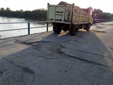 Jembatan Sei Ular di Desa Denai Sarang Burung, Kecamatan Pantai Labu, Kabupaten Deliserdang, sudah mulai rusak.