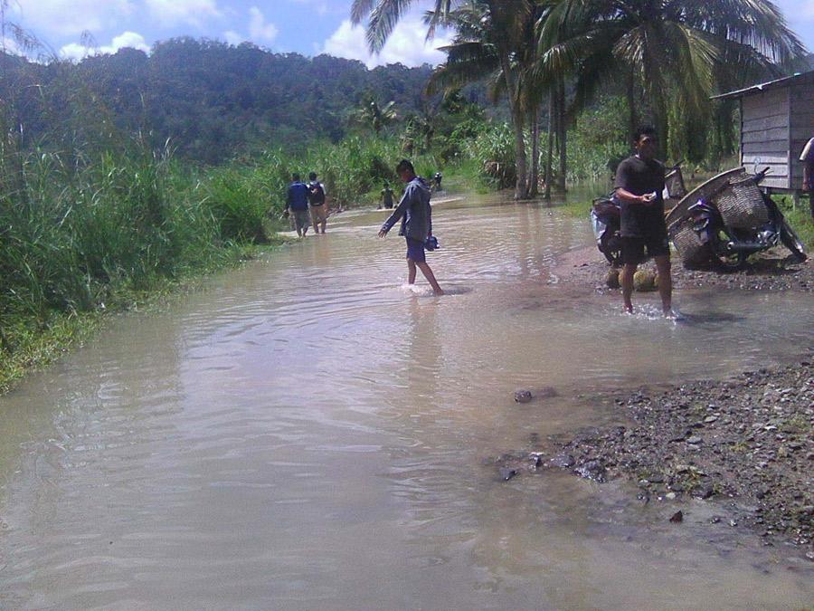 Foto: M Roy Siregar/New Tapanuli/SMG Jalan ke Desa Sibulan-bulan putus akibat terendam banjir dari luapan Aek Batang Toru. Kendaraan tak bisa lewat dari jalan tersebut yang membuat warga kesulitan memasarkan hasil pertaniannya.