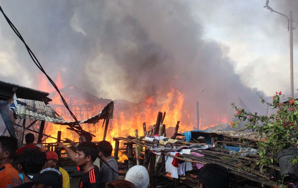 Foto: New Tapanuli/SMG Api melalap puluhan rumah di Lingkungan V Ketapang, Kelurahan Sibolga Ilir, Kecamatan Sibolga Utara, Minggu (8/1). Ratusan warga kehilangan tempat tinggal.