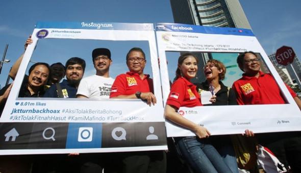 FOTO: MIFTAHULHAYAT/JAWA POS Menteri Komunikasi dan Informatika Rudiantara (keempat kanan) bersama Masyarakat Anti Fitnah Indonesia mendeklarasikan Gerakan Anti Hoax di Bundaran Hotel Indonesia Jakarta, Minggu (8/1/2016).