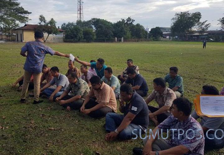 Foto: Sumut Pos Satuan Reskrim Polres Deliserdang menertibkan petugas yang malas bekerja, dengan hukuman lari keliling lapangan Sepak Bola Mapolres Deliserdang, Sabtu (7/1) sore.