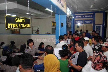 SUTAN SIREGAR/SUMUT POS PAJAK KENDARAAN_Sejumlah warga mengantre untuk memperpanjang STNK di Samsat Polda Sumut, Medan, Sumatera Utara, Rabu (4/1). Mulai tanggal 6 Januari 2017 secara serentak di Indonesia, pemerintah akan menerbitkan menetapkan tarif baru penerbitan dan pengurusan Surat Tanda Nomor Kendaraan (STNK) dan Buku Pemilik Kendaraan Bermotor (BPKB) dengan besaran dua hingga tiga kali lipat dari harga tarif lama