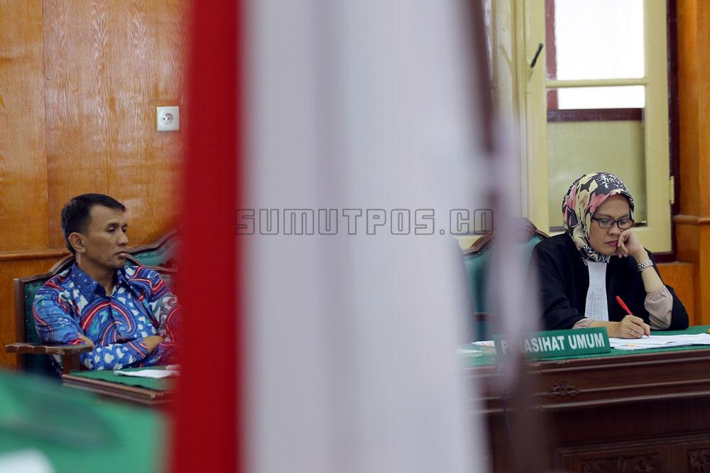 Foto: SUTAN SIREGAR/SUMUT POS_ Mantan Gubernur Sumatera Utara, Gatot Pujo Nugroho kembali mengikuti sidang terkait dugaan suap DPRD Sumut senilai Rp 61 miliar di Ruang Cakra I Pengadilan Tipikor Negeri (PN) Medan, Kamis (5/1/2017). Sidang tersebut menghadirkan enam orang saksi dari anggota dan mantan anggota DPRD Sumut.