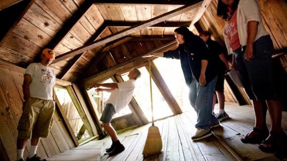 FOTO: oregonvortex Pengunjung sedang berada di House of Mystery Oregon.