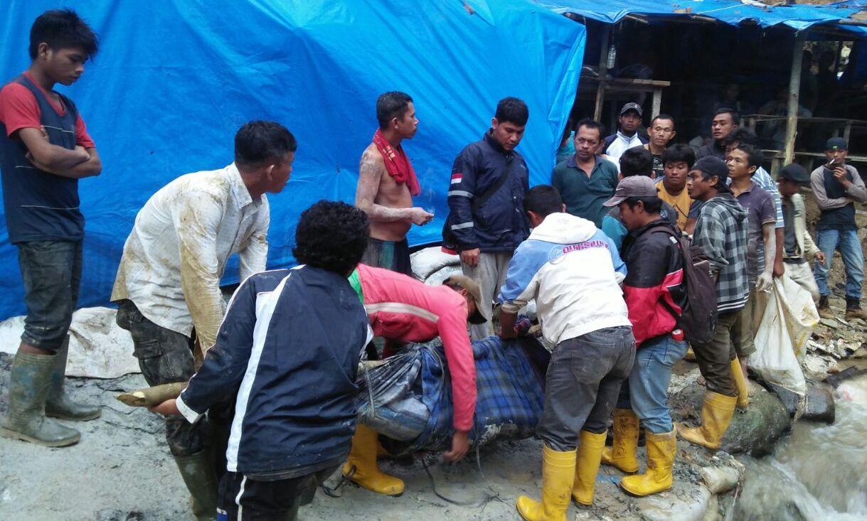Foto: Ridwan/MetroTabagsel Para penambang mengevakuasi jenazah Solihuddin.