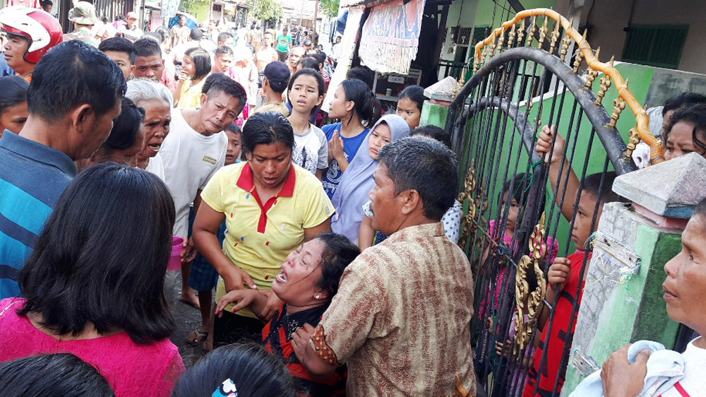 Foto: Darwis Halawa/ NewTapanuli Beberapa warga mencoba menenangkan boru Hutabarat yang terus menangis.