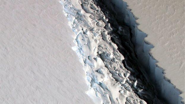 Foto: NASA Patahan tersebut selebar 100m tapi diperkirakan dalamnya mencapai setengah kilometer.