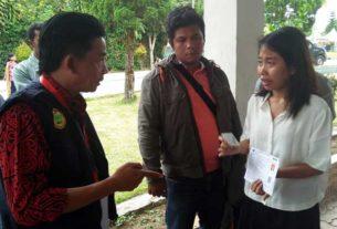 MENANGIS: Donna Magdalena Marbun menangis memohon kepada panitia CPNS dari BKN Regional VI Medan agar diizinkan ikut ujian SKD di Hotel Beristera Sitinjo Dairi, Sabtu (8/2).