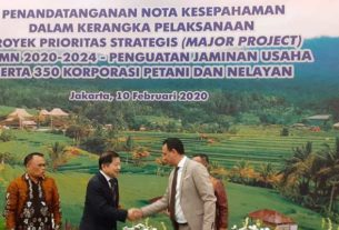 JABAT: Menteri Perencanaan Pembangunan Nasional (PPN)/BAPPENAS Suharso Monoarfa (kiri) jabat tangan dengan perwakilan dari Arab Saudi usai penandatanganan MoU di kantornya, Jakarta, Senin (10/2).