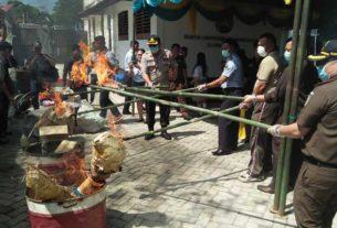 DIBAKAR: Kejari Dairi, Syahrul Juaksha Subuki (kanan) didampingi Kapolres Dairi AKBP Leonardo Simatupang membakar barangbukti sabu dan ganja. Senin (24/2).