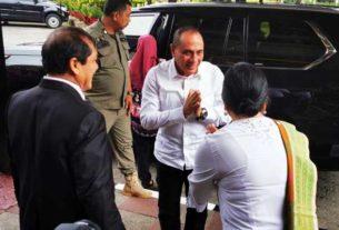 DISAMBUT: Gubsu Edy Rahmayadi disambut saat tiba untuk menghadiri Musrenbang Wilayah Dataran Tinggi Provinsi Sumatera Utara Tahun 2020, di Hotel Sibayak Berastagi, Jumat (6/3).