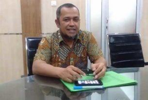 BERI KETERANGAN: Kepala Dinas Sumber Daya Air, Cipta Karya dan Tata Ruang Provinsi Sumatera Utara, Alfi Syahriza beri keterangan pada wartawan. , di ruang kerjanya, Jumat (28/2) sore. PRAN HASIBUAN/SUMUT POS