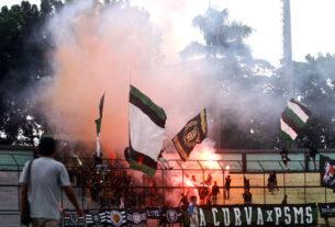 FLARE: Sejumlah supporter PSMS Medan menyalakan flare pada laga kontra Tiga Naga di Stadion Teladan Medan, Minggu (15/3).