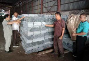 BAHAN JADI: Jajaran Manajemen PT Intanmas Indologam diabadikan di latar belakang bahan jadi berupa besi batang produksi pabrik PT INI di kawasan Jalan Yos Sudarso, Selasa (3/3).