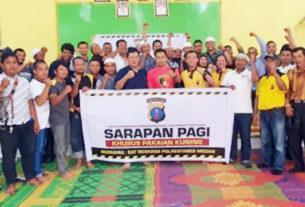BERSAMA: Personel Polrestabes Medan foto bersama petugas pakaian kuning di Kantor Camat Medan Kota.