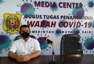 Kepala Dinas Komimfo Dairi, Rahmatsyah Munthe memberikan keterangan terkait rekapitulasi data perkembangan paparan covid-19. RUDY SITAngGANG/SUMUT POS