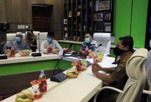 TELECONFRENCE: Wali Kota Binjai, HM Idaham bersama tim Satgas Penanganan Covid-19 mendengarkan arahan Gubsu Edy Ramayadi dalam teleconfrence bersama Bupati/Wali Kota se-Sumut. laila/ SUMUT POS