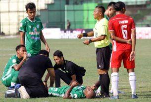 TERKAPAR: Pemain terkapar di lapangan saat menghadapi AA Tiga Naga pada laga perdana Liga 2 di Stadion Teladan.