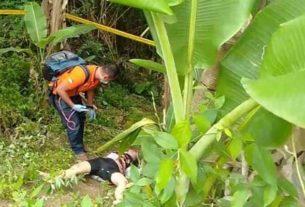 JASAD: Polisi saat mengindentifasi jasad korban diduga dibunuh di Pancurbatu, Minggu (12/4).