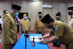 SERAHKAN: Sekda Binjai M Mahfullah P Daulay saat melantik pejabat eselon III di jajaran Pemko Binjai, Rabu (27/5).