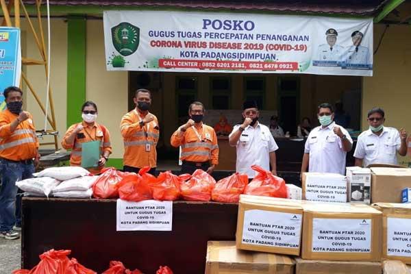 BANTUAN: Penyerahan Bantuan untuk Kota Padangsidimpuan diterima oleh Wakil Wali Kota Padangsidimpuan, Arwin Siregar, Rabu (13/5).