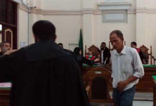 SIDANG: Tangi Pahala Manalu (baju putih) terdakwa kasus pencemaran nama baik, menjalani persidangan, Selasa (19/5).