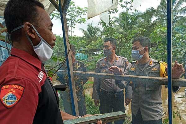 BUDIDAYA LALAT: Kapolres Labuhanbatu AKBP Agus Djarot meninjau lokasi budidaya lalat BSF, Kamis (28/5).