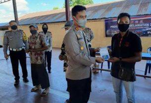 SERAHKAN: Kapolres Labuhanbatu AKBP Agus Darojat, saat menyerahkan kartu ATM dan buku tabungan kepada warga Labuhanbatu.