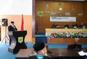 NOTA PENGANTAR: Pj Bupati Pakpak Bharat, Dr H Asren Nasution MA membacakan nota pengantar 7 Ranperda pada sidang paripurna DPRD Pakpak Bharat, Selasa (16/6). Tamba Tinendung/Sumut Pos