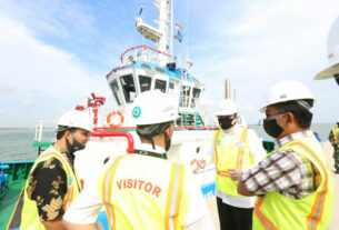 DAMPINGI: Kunjungan kerja Komisaris Utama Pelindo 1 Achmad Djamaludin (kedua kanan) didampingi Direktur Teknik Hosadi (kanan) dan GM Pelabuhan Kuala Tanjung Richard Siahaan (kiri) ke KTMT, Jumat (10/7).fachril/sumut pos.