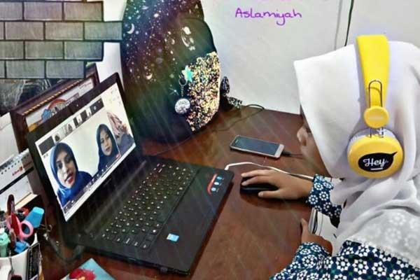 Guru menjelaskan materi pembelajaran melalui aplikasi zoom meeting dengan memperhatikan langkah kegiatan MIKiR.