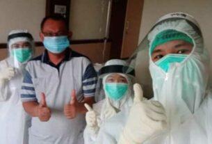 SEMBUH: Plt Wali Kota Medan Akhyar Nasution bersama tim medis yang merawatnya selama di rumah sakit.