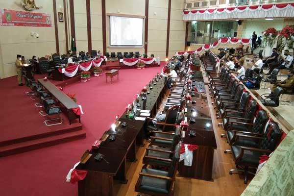 PARIPURNA: Suasana rapat Paripurna DPRD Medan terlihat sepi, Selasa (18/8). Hanya 10 anggota DPRD Medan yang mengikuti rapat tersebut. markus pasaribu/sumut pos.