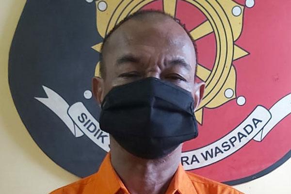DIPAPARKAN: Tersangka penganiaya sekuriti dan pemilik ganja, Aspian alias Pian dipaparkan polisi.