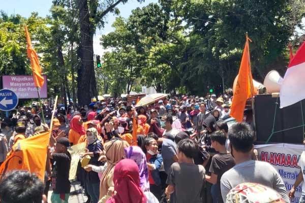 ASPIRASI: Formas Sarirejo  menyampaikan aspirasinya di depan Gedung Keuangan Negara (GKN) Sumatera Utara, Jalan Pangeran Diponegoro Medan, Senin (10/8).