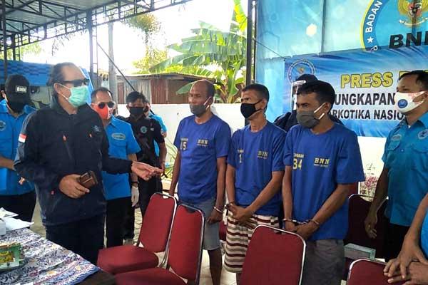PAPARAN: Deputi Bidang Pemberantasan BNN RI, Irjen Pol Arman Depari, saat memaparkan kasus jaringan sindikat penyeludupan narkoba Aceh-Medan,  di Kantor BNNP Sumut, Senin (17/8).m idris/SUMUT POS.