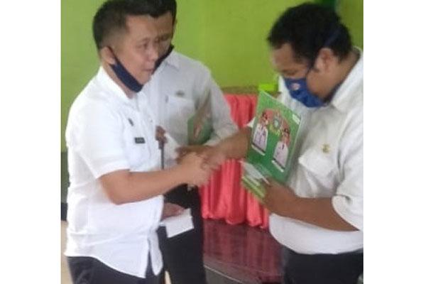 SERTIFIKAT: Kacabdis Stabat Disdik Provsu, Ihcsanul Arifin Siregar menyerahkan sertifikat Toefl  dan SK Kepangkatan kepada para guru di Langkat.