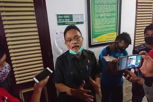 KETERANGAN: Humas PN Medan, Immanuel Tarigan, memberikan keterangan terkait Ketua PN Medan positif terpapar Covid-19, Senin (24/8). Dampaknya, PN Medan mengurangi frekuensi persidangan, hingga waktu yang belum ditentukan.