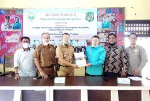 BERITA ACARA: Ketua Tim Pelaksana PKM Unimed Dr Azizul Kholis SE MSi MPd CMA CSRS menyerahkan berita acara dimulainya kegiatan kepada Camat Medan Tembung A Barli M Nasution SSTP MAP selaku Mitra.