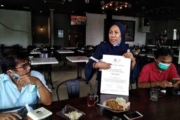 LOGO RESMI: General Manager BPKGT, Hidayati menunjukkan sertifikat dan logo remi Kaldera Toba yang diterima dari Uniesco kepada wartawan di Medan, Senin (17/8).
