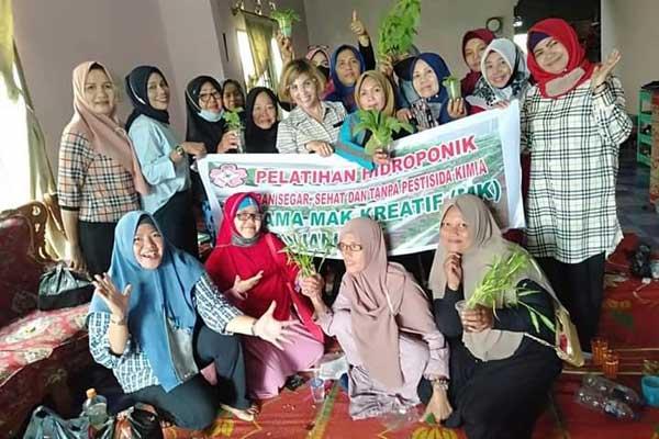 BERSAMA: Para anggota Mak Kreatif Sumut diabadikan bersama para ibu yang antusias ingin mengetahui cara berbudidaya tanaman hidroponik.TEDDY AKBARI/SUMUT POS.