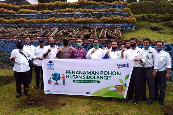 TANAM: Direktur Air Limbah PDAM Tirtanadi Fauzan Nasution, dan Ketua Forwadi Amrizal, menanam bibit pohon di IPA Sibolangit, Rabu (12/8).