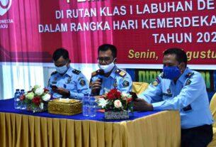 RAPAT: Kepala Rutan Labuhan Deli, Nimrot Sihotang, saat rapat Monev dan WBK di Rutan Labuhan Deli, Senin (24/8).