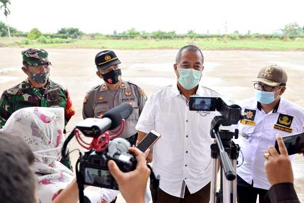 MENINJAU: Kadispora Sumut, Baharuddin Siagian, meninjau persiapan Groundbreaking Sport Center, di Jalan Arteri Kualanamu, Desa Sena, Batangkuis.