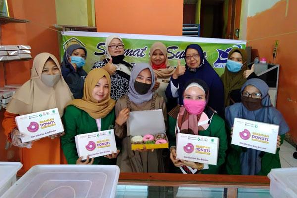 MAGANG: Tenant PPK UMN Al-Washliyah magang di Brandan Donuts.