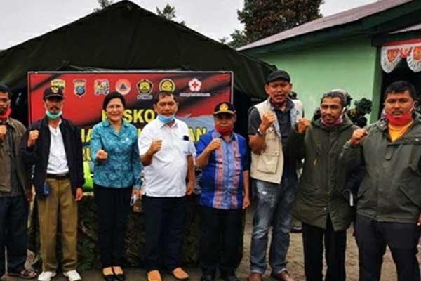 BANTUAN: Bupati Karo, Terkelin Brahmana foto bersama warga, saat penyaluran bantuan paket sembako kepada warga terdampak korban erupsi Gunung Sinabung, Sabtu (22/8).