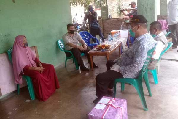 BERIKAN: Wali Kota Tebingtinggi Umar Zunaidi Hasibuan ketika menyerahkan tali asih dan bingkisan kepada para veteran.